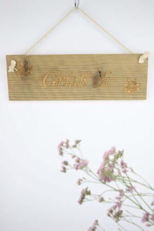 urig, Türschild, Schild, Willkommensschild, Holz, Altholz, Griaß di, grüß dich, Edelweiß, Blume